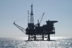 Dohoda kartelu OPEC nefunguje. Zásoby ropy jdou nahoru v USA i Evropě