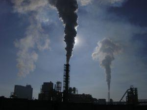 Růst produkce emisí ve světě se podařilo zastavit, klesly v USA i v Číně