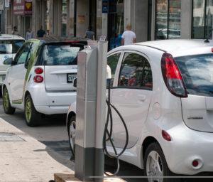 Přichází doba elektromobilů. Automobilky tlačí i čím dál přísnější limity pro emise